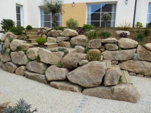 Création d'une rocaille en blocs de granit, puis végétalisation de celle-ci.