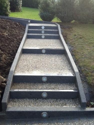 Escalier en béton désactivé puis bordure et contre-marche en granit. Insertion de luminairesdans les contre-marches