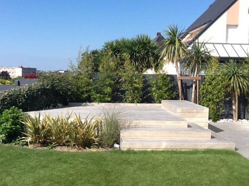 Réalisation d'une terrasse en bois blanc exotique ACCOYA avec escalier intégré