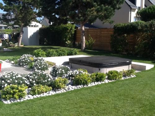 Réalisation d'une terrasse en bois blanc exotique ACCOYA avec intégration d'un jacuzzi