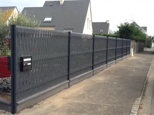 Clôture en panneaux rigides DIRICKX Gris 7016 avec lames occultantes et plaques desoubassement dans le bas